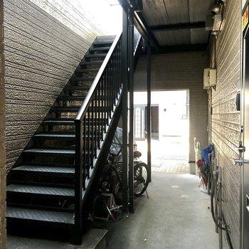 こちらの階段をご利用ください。大きな荷物の際は幅のご確認を。