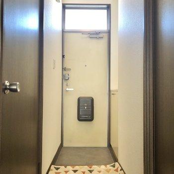 玄関はコンパクトめ。※家具・インテリアはサンプルです
