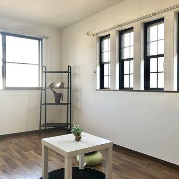【洋室】なんと小窓は4つ横並び。※家具・インテリアはサンプルです