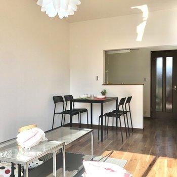 【LDK】カウンターキッチンもあります。4人掛けのダイニングも楽々置けます。※家具・インテリアはサンプルです