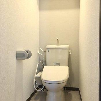 トイレ上部には嬉しい収納棚付きです。