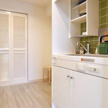 ドアの向こうには、キッチンがあります。