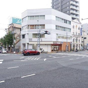 建物の前は大通りです。