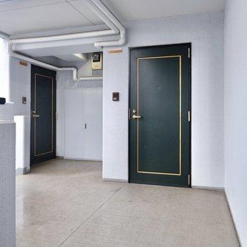 お部屋は共用部の一番奥にあります。
