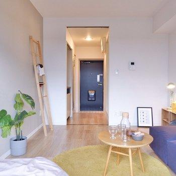 玄関までが1直線に見えて、奥行き感が増しています。ドアの色合いもアクセント。