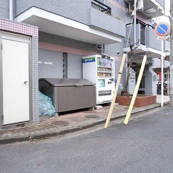 敷地内にゴミ置き場があり、出掛けにサッとゴミ出しできます。自販機があるのも便利です。