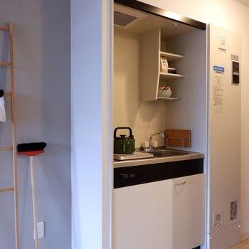 冷蔵庫は左側に。