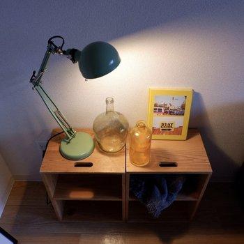 サイドテーブルには照明を置いて、読書のお供に。