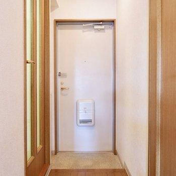 廊下と玄関は一直線。