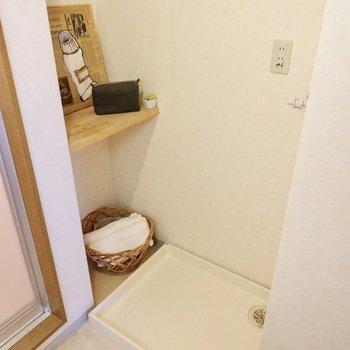 洗濯機置き場横のラックに小物や、タオルを置いて置くと便利そうです。
