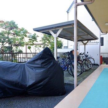 駐輪場(空き要確認)。雨の日も比較的濡らさずに保管できます。