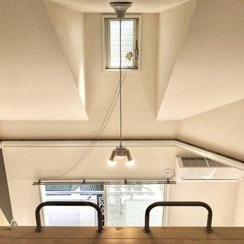 【ロフト】小窓は下から開閉が可能です。