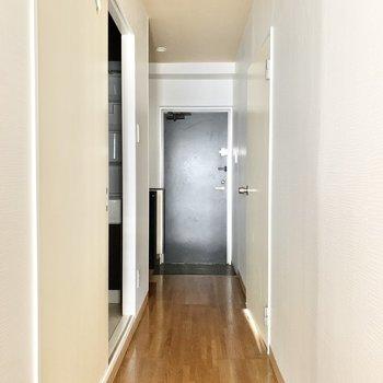 玄関やサニタリーへ繋がる廊下です。※クリーニング前の写真です