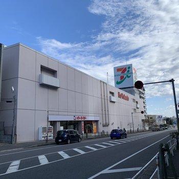 すぐ近くには大型スーパーがありました。