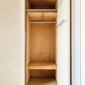 【洋室】丈の長いアウター類を掛けられますよ。※クリーニング前の写真です