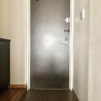 玄関土間はそこそこ広め。※クリーニング前の写真です※フラッシュを使用しています
