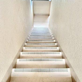 階段の幅はやや狭め。大きな買い物時はご注意ください。