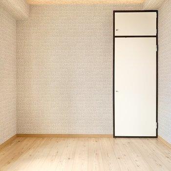 【洋室】隅にはクローゼットが。※クリーニング前の写真です