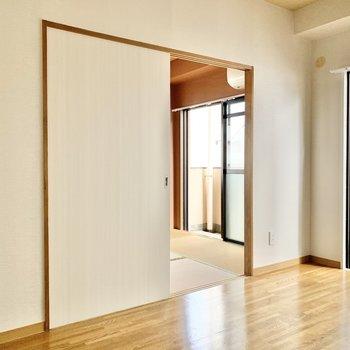【和室】和室とは引き戸で繋がってます。クリーニング前の写真です