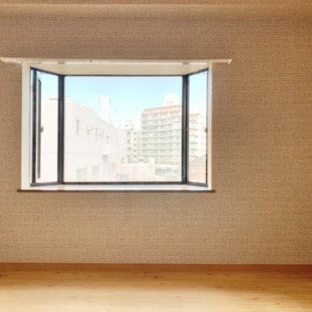 【洋室】出窓には花瓶を置いてみても良さそう。