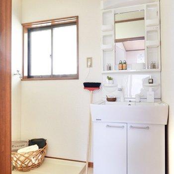 小窓から光を取り入れる脱衣所。機能的な洗面台が使いやすそうです。