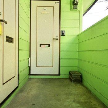 玄関前。2階に上がって、正面のドアがお部屋です。