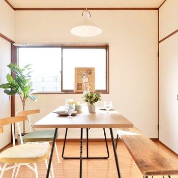 【洋室4.5帖】西からの光が照らす食卓。