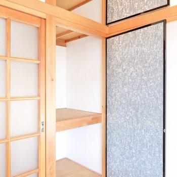 【和室】突っ張り棒を使って、カバンなどを掛けられるようにすると更に便利かも。