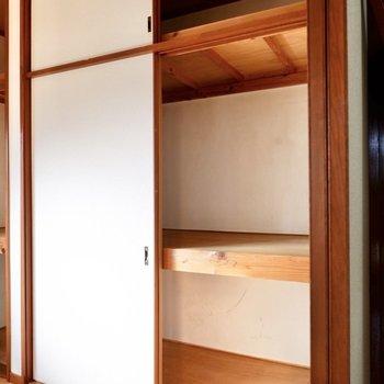【洋室4.5帖】押し入れは大容量で、布団などの大物もしっかり収納できます。