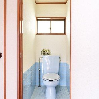 ライトブルーのタイルが可愛いお手洗い。