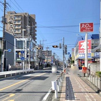 駅そばの大通り沿いには100円ショップやパン屋さんなどの飲食店が立ち並んでいます。