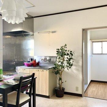 【DK】キッチン隣は脱衣スペース。扉があるので隠せますよ。※写真の家具・雑貨はサンプルのものです