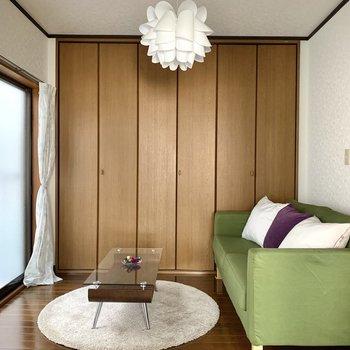 【洋室】白と茶色のシンプルな内装。グリーンなど明るい色の家具を置くとアクセントになります。