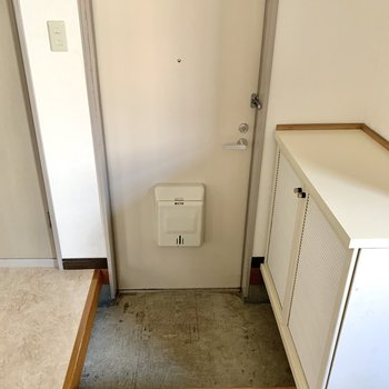 玄関はややコンパクト。靴はこまめに収納をするとスペースを保てます。