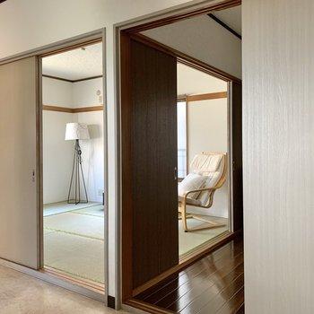 【DK】引き戸を閉めればお料理の匂いが着くのを防げますね。※写真の家具・雑貨はサンプルのものです