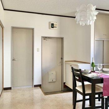 【DK】トイレと玄関は隣り合っています。※写真の家具・雑貨はサンプルのものです