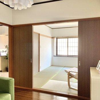 【洋室】お隣の和室へ。※写真の家具・雑貨はサンプルのものです