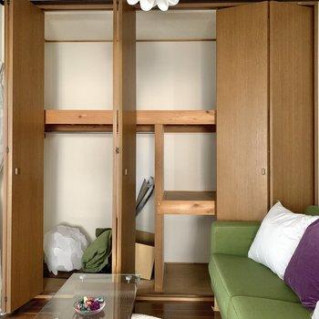【洋室】収納は奥行きがあるので、ボックスを活用して仕舞えそう。※写真の家具・雑貨はサンプルのものです