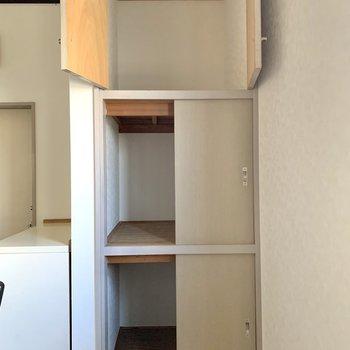 【DK】キッチン後ろに収納。食器やストックなどを入れるのにどうぞ。