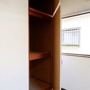 【洋室】縦長な収納スペース。こちらもケースやラックを使うときれいに整頓できそうです。