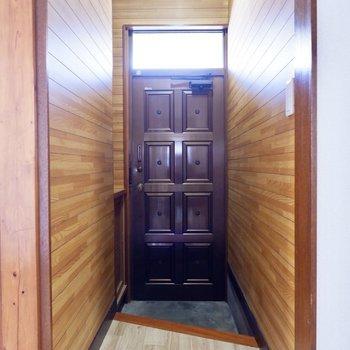 玄関はちょっぴりシックな風情です。