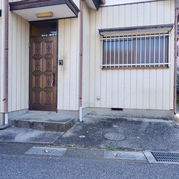 玄関前。右側に自転車が置けますよ。