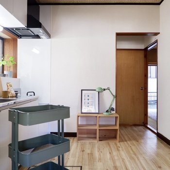 キッチンも明るく、過ごしやすい空間です。