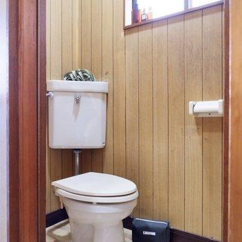 お手洗いも同じく小窓付き。