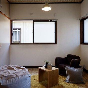 【洋室】2面採光の空間で、寝室にも適した広さ。