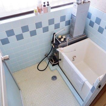 ベビーブルーのタイルがキュートな浴室。窓が大きく換気もかんたんです。