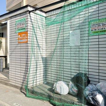 通りに面した場所にゴミ置き場があります。