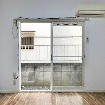 まずは洋室から。正面の窓からは明るい光が差し込みます。