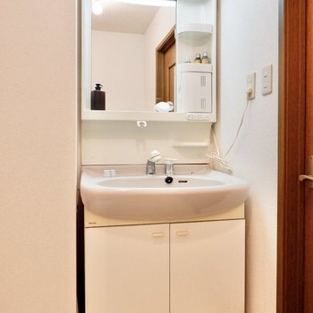 バタバタしがちな朝の身支度には、独立洗面台が必要です。