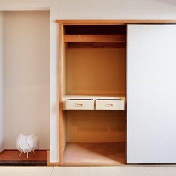 【和室】押入れには引き出し付き。収納も充実しています。